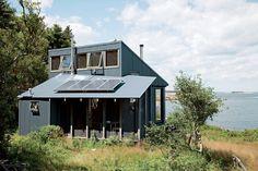 Paneles solares en techos de pequeña casa rural
