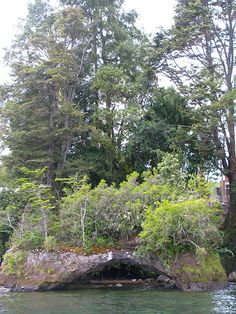 Arco de piedra en la península de Lican Ray