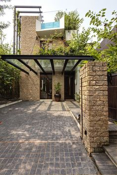 Towering trellises climb the tall exterior walls of the home, where determined climbing plants make their quiet journey to the rooftop. Carport Designs, Garage Design, Exterior Design, House Design, Carport Ideas, Pergola Kits, Loft Design, Pergola Ideas, Modern Design