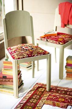 Chaise dont l'assise est retapissée avec un morceau de tapis coloré récupéré