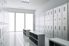 A Palmetal projetou um moderno vestiário com todos os móveis em aço inoxidável, bastante iluminação e completamente branco para oferecer a máxima sensação de limpeza aos usuários.