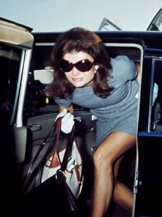 A lesson in glamorously comfortable #travel #style. #JackieO in a knit dress and her signature shades.