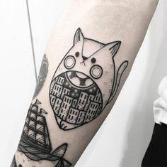 Hugo Tattooer mistura inspirações em old school, hachuras e pontilhismo para…