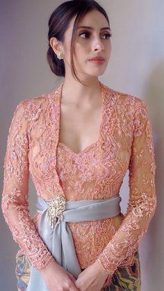 Kebaya Bali Modern, Model Kebaya Modern, Kebaya Modern Dress, Traditional Dresses, Traditional Fashion, Model Dress Kebaya, Kebaya Lace, Kebaya Wedding, Dress Brokat