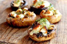 Ha szereted a gombát és az olasz ételeket, imádni fogod ezt a fogást. Az alapokat mindenfélével megpakolhatod, amit egyébként a pizzára tennél: mehet rá szalámi, tonhal, sonka, sajt és paradicsomszósz is, a lényeg a sok olasz fűszer és a még több sajt. Champignon Portobello, Romanian Food, Creative Food, Baked Potato, Appetizers, Low Carb, Cooking, Health, Ethnic Recipes