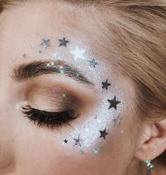 18 Coachella Approved Makeup Looks – Looking for the perfect Coachella makeup look? We've got you covered. Between these eighteen different Coachella approved makeup looks, you're bound to find something to wear to the festival (and possibly after! Star Makeup, Makeup Art, Gem Makeup, Alien Makeup, Skull Makeup, Makeup Geek, Bridal Makeup, Wedding Makeup, Face Off Makeup