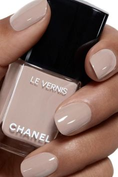Le vernis 578 New Dawn 253 kr från Chanel Hot Almond Shaped Nails Colors To Get You Inspired To Try Nail Art Designs, Short Nail Designs, Natural Nail Designs, Pedicure Designs, Cute Nails, Pretty Nails, Milky Nails, Design Ongles Courts, Nail Art Halloween