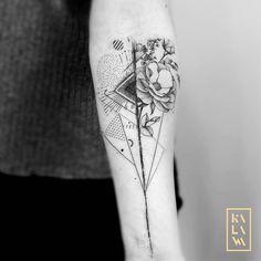 Abstract vs figurative tattoo flowers in dotwork. Tatouage abstrait vs figuratif d'un bouquet de fleurs. By KALAWA Tattooer - Tattoo dotwork artist from Aix-en-provence (FRANCE)
