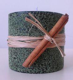 Vela cilíndrica verde com aroma de canela.