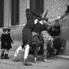Rue Des Peupliers, Paris 13th Arr. | #RobertDoisneau, approx 1934. #handstand #adhomukhavrksasana