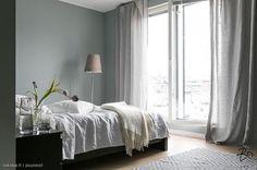 Makuuhuoneen pellavatekstiilit ovat pehmeän kauniit ja rauhoittavan oloiset. Hieman ylipitkät verhot ovat tyylikäs valinta.
