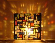 Luminária para velas do tipo rechaud. De vidro, revestida com mosaico de pastilhas de vidro. Acompanha uma vela. R$55,00