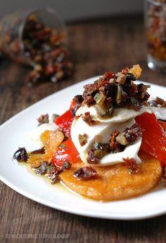 Polenta-Plätzchen mit Bueffel-Mozzarella, Paprika und Tapenade. #Polenta #Mozzarella #Italienisch #Mittelmeerküche