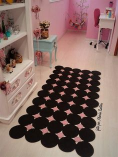 Ball-shaped crochet rug In dark brown with pink colors b. Crochet Home Decor, Crochet Crafts, Crochet Projects, Crochet Doily Rug, Crochet Rug Patterns, Crochet Furniture, Crochet Teddy Bear Pattern, Diy Cushion, Diy Scarf