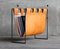 This leather and steel magazine rack is the perfect way to organize your magazin… - Einrichtungsideen Leather Tray, Leather Pouch, Leather Belts, Leather Tooling, Diy Leather Bag Cleaner, Parda, Leather Bag Pattern, Leather Workshop, Jewelry Tray