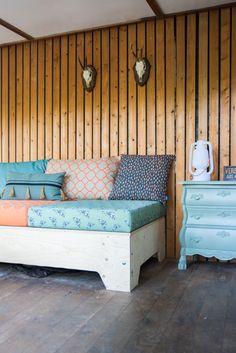 Zelf bank maken | tiny house | natuurhuisje | stacaravan | Caravanity Outdoor Sofa, Outdoor Living, Outdoor Furniture, Outdoor Decor, Ikea Bank, Pallet Bank, Fainting Couch, Recycled Furniture, Rustic Farmhouse