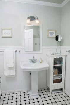 Modern Retro Vintage Bathroom Design Decorating Ideas Luxury Vintage White Bathroom How to Style A Small Bathroom Decoration Small Vintage Bathroom, 1920s Bathroom, Small Bathroom Storage, Bathroom Photos, Upstairs Bathrooms, Vintage Bathrooms, Bathroom Styling, Bathroom Ideas, Bathroom Lighting