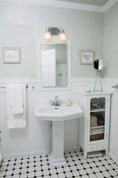 Aire vintage: no hay nada más romántico y sexy que un baño con aire antiguo. esto se logra con balsosas clásicas en blanco y negro, un lavatorio con pedestal, un espejo con un marco de madera y molduras.