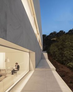 Hofmann House in Valencia / Fran Silvestre Arquitectos Minimalist Window, Minimalist House Design, Minimalist Home, Piscina Interior, Journal Du Design, Box Houses, Space Architecture, Innovative Architecture, Spanish Architecture