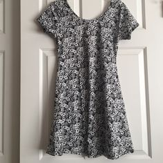 """NWT! Black & White Floral Scoop Neck Mini Dress Reposh! Love this dress, but ended up being too small. Label marked """"XL"""" but will fit Medium to Large. Might be a junior size, though it's not marked as such, I'm listing it as a junior size.  Has lots of stretch! Bust 16"""" flat across front-Length is 32"""" from top of shoulder to bottom hem. 96% polyester-4% spandex. Adorable on and perfect for summer to dress it up or wear it casual. BRAND NEW! Classic Woman Dresses Mini"""