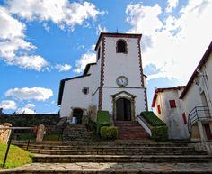 Biriatou : surplombant le cours de la Bidassoa, adossé au pied des Pyrénées précisément blotti contre le Xoldokogaina, le bourg du village au site inscrit mérite le détour. L'église, le fronton et l'Herriko Etxea, maison du village, en constituent l'ossature comme de coutume au Pays Basque, dans un cadre remarquable.