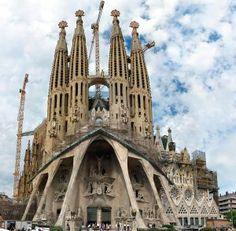 La Sagrada Família. Een combinatie van druipsteengrotesthetiek en geometrische vormen uit de natuur, en als Europees icoon een van de beroemdste kerken ter wereld.