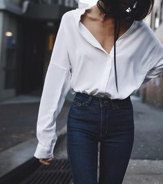 Simple Everyday Spring Shirts - French Shirt - Ideas of French Shirt - White oversized button down shirt outfit Button Down Shirt Outfit, Oversized Button Down Shirt, Oversized White Shirt, Oversized Shirt Outfit, Oversized Blouse, Outfit Jeans, Outfit Stile, Dark Blue Jeans Outfit, Street Style