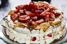 Íslandsmjöll - Tertur - Marensterta með kókosbollum og jarðaberjum Cheescake Recipe, Cheesecake, Chocolate Frosting, No Bake Cake, Cake Recipes, Cake Decorating, Deserts, Food And Drink, Cooking Recipes