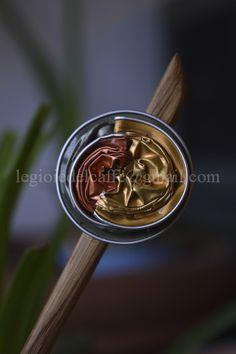 Dettaglio puntale per capelli spirale in legno e capsule