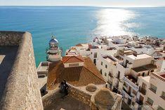 Terrazas del Castillo - Que ver en Peniscola (11) Places To Travel, Summer Days, Travelling Tips, Cewe Hijab Aesthetic Remaja, Cody Johnson, China Travel, Alicante, Vegan Travel, Pose Foto Hijabers