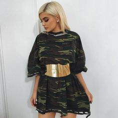Outfits con ropa de camuflaje vestido Kylie Jenner cinturón dorado bluson camuflaje