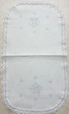 Stamped Embroidered Tablerunner with flowers on white linen. Size: x cm x cm Cross Stitch Embroidery, Quilt Blocks, Size 10, Stamp, Quilts, Flowers, Embroidery, Comforters, Stamps