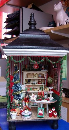 I never thought about skiing a single room for a holiday. Miniature Dollhouse Furniture, Miniature Rooms, Miniature Crafts, Miniature Christmas, Diy Dollhouse, Dollhouse Miniatures, Christmas Lanterns, Christmas Room, Christmas Scenes