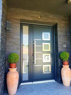 Aluminium front door ral 7016 House Front Door, House Doors, House Entrance, Front Door Design, Entrance Design, Entry Doors, Wood Doors, Front Doors, Aluminium Front Door