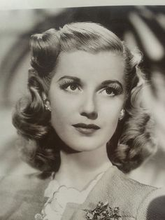 This is such a beautiful and classic 1940s hairstyle