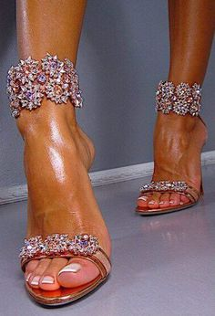 Omg gorgeous dream shoes! How could one not feel pretty in these!