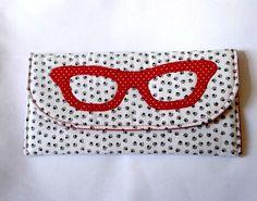 Amo porta óculos pequeno, principalmente quando ele cabem em qualquer bolsa e não preciso me preocupar com isso. Por isso que quando vi esse PAP facinho no Facebook pedi para Kika Diniz, do Ateliê Kika Diniz, para publicá-lo aqui no Miss Caffeine. O amor de Kika pelos tecidos e agulhas começou cedo, pois boa parte …