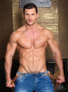 Buck Santiago faz striptease, revela abdômen trincado e muito mais - Homens em Lifestyle no A Capa