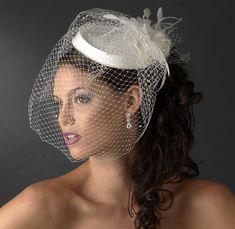 Modello classico e chic - Veletta che copre il viso. Cappelli Da Sposa df55351cc630