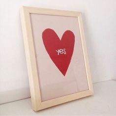 A @marimonte ganhou um presente lindo (modéstia a parte) da @montenegro_lara para a sua casa: o Pôster Yes um dos queridinhos do nosso site!  - A gente adora fazer parte da casa de vocês ainda mais quando somos escolhidos para virar presente. O presente seja ele qual for é uma expressão de carinho atenção e cuidado. É parar um pouquinho e pensar no outro no que pode fazê-lo feliz.  - #nacasadajoana #nacasadamari #presente #presenteespecial #decor #decoração #casasreais #casascomalma #pôster…