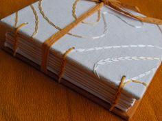 encuadernación copta, tamaño de bolsillo. cortado ,plegado y cosido a mano en telar.papel interior especial para dibujos y bocetos. exterior diferente modelos y colores.  7€+gastos de envio