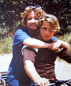 Hinton(Author of The Outsiders!) and Emilio Estevez(Actor of The Outsiders!) This is actually on the set of Tex 80s Movies, Good Movies, Arno Geiger, The Outsiders 1983, Emilio Estevez, Young Adult Fiction, Best Novels, Young Actors, Drama Film