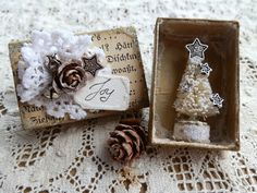 Todolwen: A Tiny Tree kind of a neat alternative for Christmas cards to friends and co workers. Winter Christmas, All Things Christmas, Christmas Time, Christmas Ornaments, Simple Christmas, Miniature Christmas, Handmade Christmas, Vintage Christmas, Matchbox Crafts