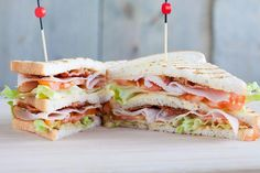 If you have eaten this club sandwich, you will never want anything else - broodrecepten - Sandwich Recipes Club Sandwich Receta, Club Sandwich Recipes, Meat Sandwich, Pork Recipes, Lunch Recipes, Clubhouse Sandwich, Easy Snacks, Easy Meals, Ideas Sándwich