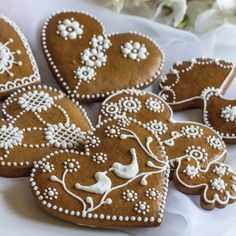 Christmas Desserts, Holiday Treats, Christmas Baking, Gingerbread Ornaments, Gingerbread Cookies, Valentine Cookies, Christmas Cookies, Bolacha Cookies, Flower Sugar Cookies