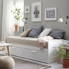 :: ikea brimnes daybed :: guest bedroom :: home office :: black and white :: gre.:: ikea brimnes daybed :: guest bedroom :: home office :: black and white :: grey and white :: colorful Sofa Cama Ikea, Ikea Daybed, Daybed Room, Ikea Beds, Day Bed Ikea, Daybed Couch, Daybed Bedding, Bedding Sets, Small Bedrooms