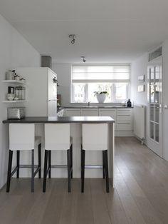Gray walls light wood floors white cabinets dark counter tops keuken pinterest grey - Keuken back bar ...