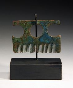 // Vikings were among the cleanest and best-groomed Europeans of the Early Middle Ages. Combs were important for both sexes and were often made of bone, antler or ivory (though this example is bronze). Norse People, Vikings Time, Ancient Vikings, Early Middle Ages, Archaeological Finds, Medieval Life, Iron Age, 3d Prints, Viking Jewelry