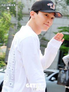Chen - 160617 KBS Music Bank, commute Credit: Get It K. (KBS 뮤직뱅크 출근길)