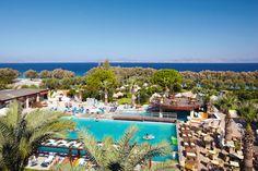 Hotel Ocean Blue is een gunstig gelegen 4-sterren hotel, slechts door een weg gescheiden van het zand-/kiezelstrand. Het hotel beschikt over een mooie, grote tuin met zwembad, zonneweide en strand met ligbedden en badhanddoekservice. Er zijn 2 restaurants waarvan 1 à la carte restaurant en diverse bars.  De kamers zijn modern ingericht en de superiorkamers beschikken over een gedeeld zwembad.    Officiële categorie A